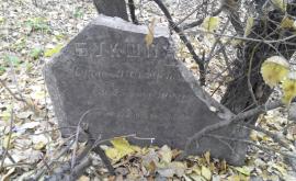 O piatră funerară veche, descoperită chiar în centrul Chișinăului (FOTO)