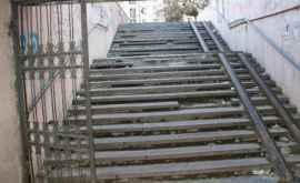 Porţile de acces de la o subterană din capitală, demontate (VIDEO)