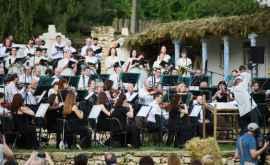 Festivalul în aer liber a început cu interpretarea unei vestite cantate (FOTO/VIDEO)