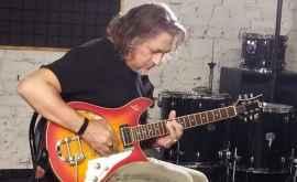 Ce muzică a ascultat în copilărie chitaristul moldovean al unei trupe legendare