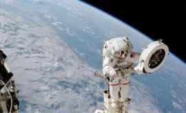 IMAGINEA SĂPTĂMÂNII Franklin Chang-Diaz într-o ieşire în spaţiu din perioada misiunii STS-111