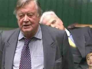 Parlamentar răpus de somn în timpul unei dezbateri (VIDEO)