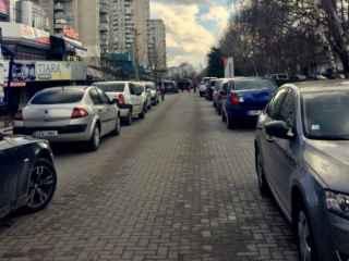 Ce spun autorităţile şi experţii despre prostul obicei de a parca pe trotuare