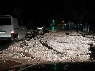 La Comrat, ploaia torențială a distrus suprafața drumului (VIDEO)