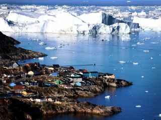 Imagini video cu un aisberg GIGANT care ameninţă locuitorii unui sat