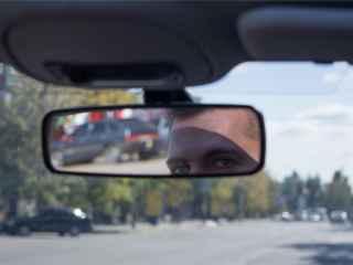Un bărbat a împins mașina cu mîinile goale și a devenit popular (VIDEO)