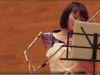 Видеоклип с девушкой, одной рукой играющей на скрипке, произвел фурор в Интернете (ВИДЕО)