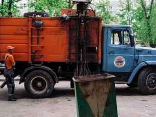 Как мусоровоз едет с «пляшущим» колесом (ВИДЕО)