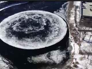 Вращающийся ледяной диск на реке привел в замешательство местных жителей (ВИДЕО)
