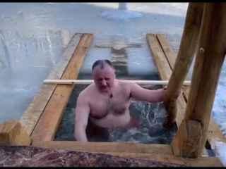 Igor Dodon s-a scufundat în apă rece de Bobotează (VIDEO)