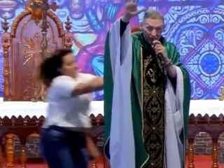 O femeie l-a atacat pe un preot în plină slujbă