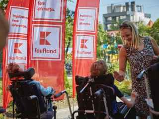 Kaufland подарила детям из Общинного дома Кишинева адаптированный микроавтобус