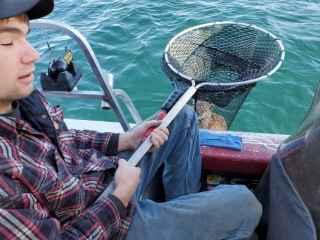 Vezi ce au prins doi tineri în timp ce pescuiau (VIDEO)