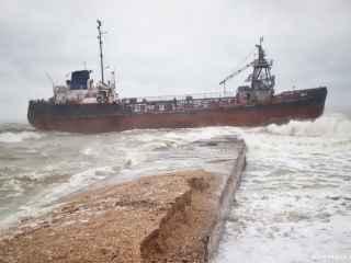 Primele imagini cu nava sub pavilionul moldovenesc eșuată pe o plajă din Odessa