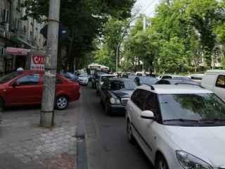 Problema parcărilor în capitală: Pietonii se plîng că nu au pe unde merge