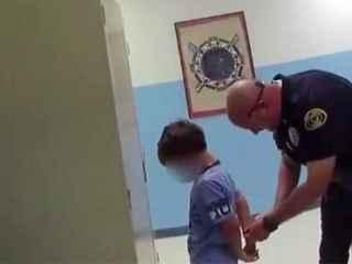 В США полицейские попытались надеть наручники на восьмилетнего ребенка (ВИДЕО)