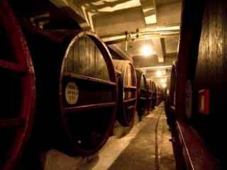 Momentul în care un rezervor imens explodează și 50.000 de litri de vin se împrăștie pe jos