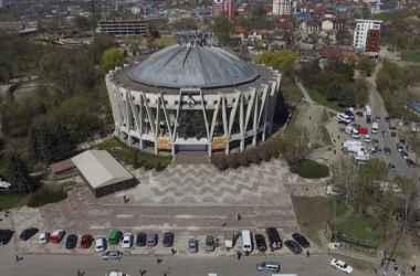 desyatki-lyudej-sobralisi-pered-kishinevskim-cirkom-s-kakoj-celiyu-video
