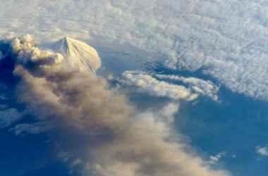 priroda-porazhaet-dva-kontinenta-uragan-jota-i-vulkan-stromboli-vyzyvayut-paniku