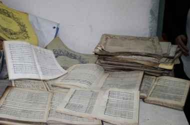 jeksperty-pristupili-k-vosstanovleniyu-kollekcii-dokumentov-iz-biblioteki-filarmonii