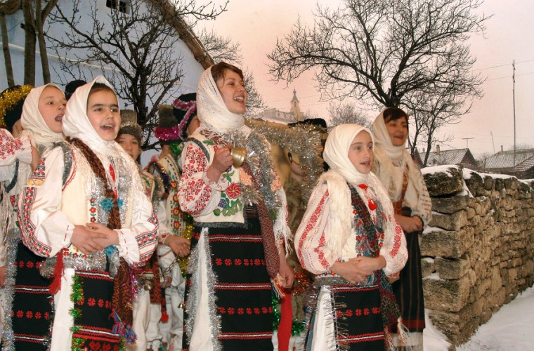 Folclorul obiceiurilor de la Crăciun şi Anul Nou. Semănatul