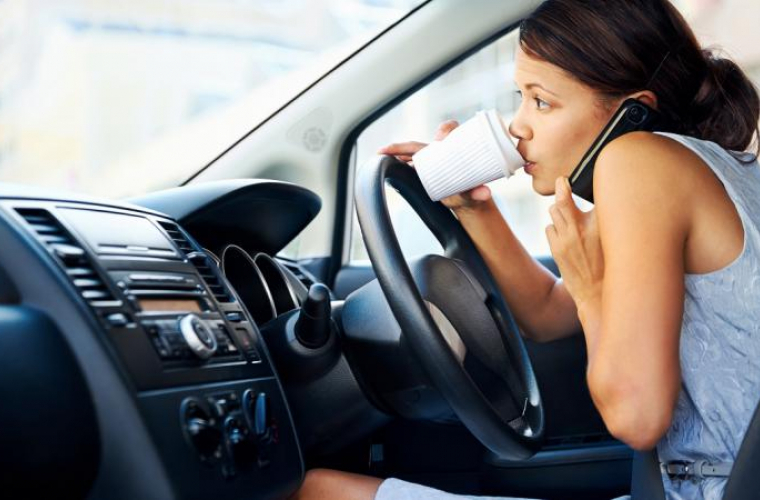 Ce pățești dacă folosești telefonul la volan în Marea Britanie