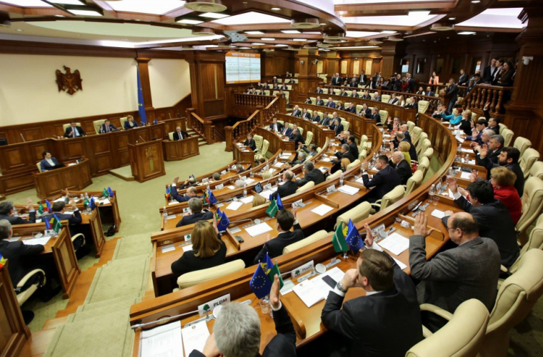 Названы официальные зарплаты молдавских депутатов