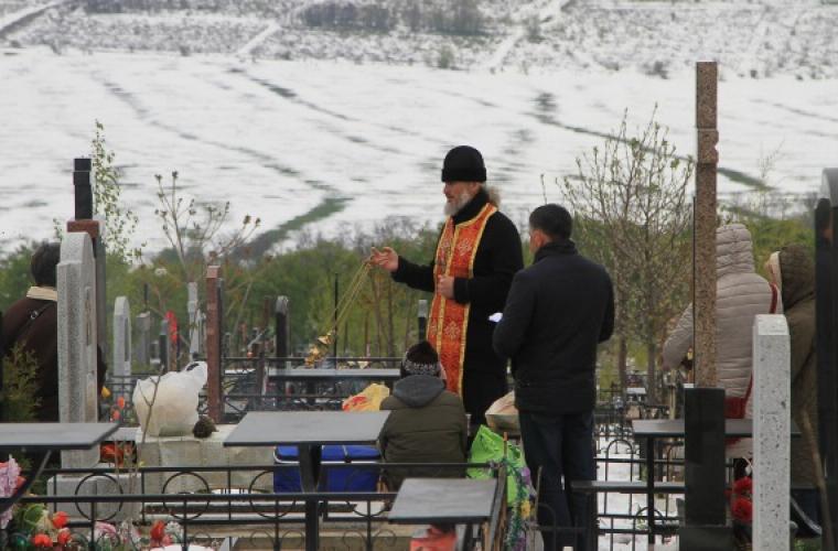В снегу и без кричащих нарядов: как молдаване ведут себя на Радоницу (ФОТО)