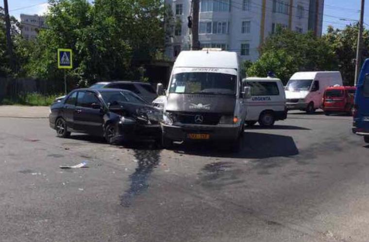 Încă un accident cu implicarea unui microbuz pe strada Vasile Alecsandri