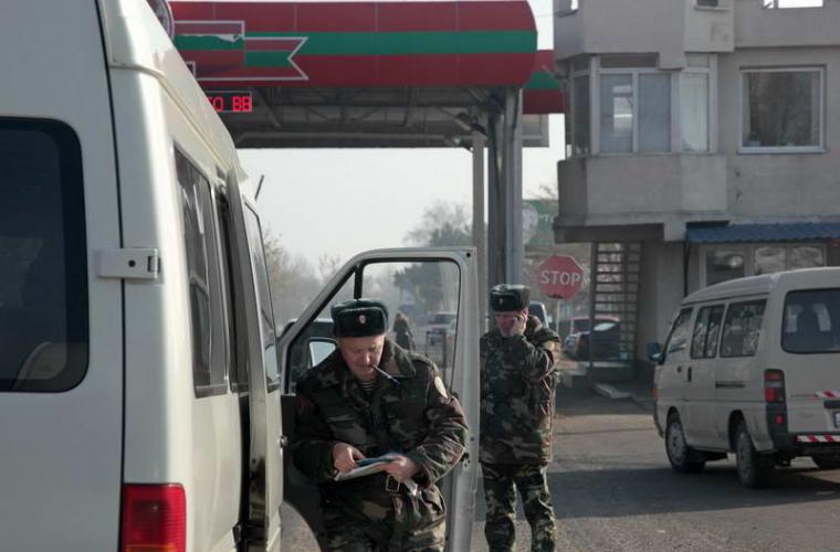 La punctele de trecere transnistrene ar putea apărea militari ruşi