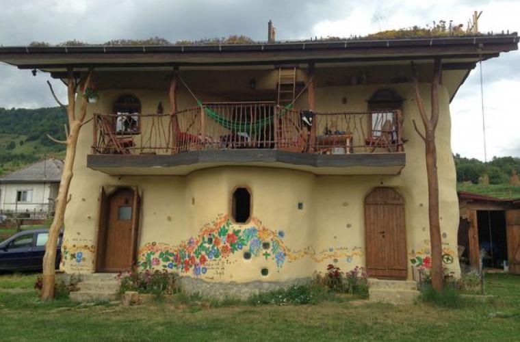 Căsuţa din poveşti: doi fraţi au construit o locuinţă ecologică unicat (FOTO)