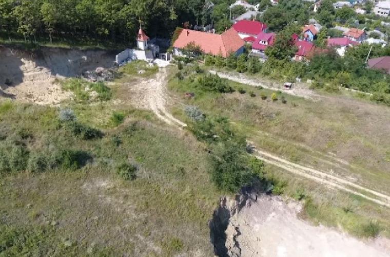 Stareţul unei mănăstirii este suspectat de extracţia ilegală a nisipului (VIDEO, FOTO)