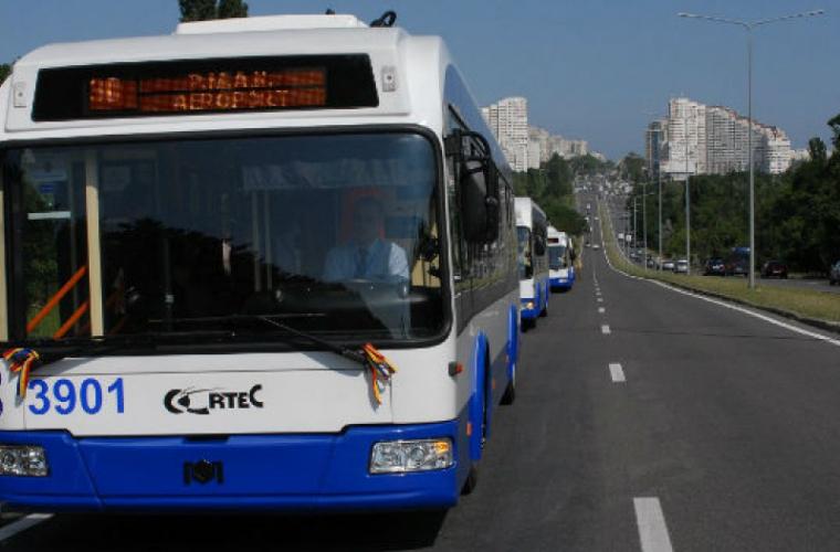 Troleibuzele care circulă spre aeroport sînt încărcate în proporție de 60%