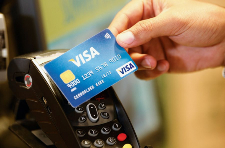 Cardul bancar, tot mai popular printre moldoveni