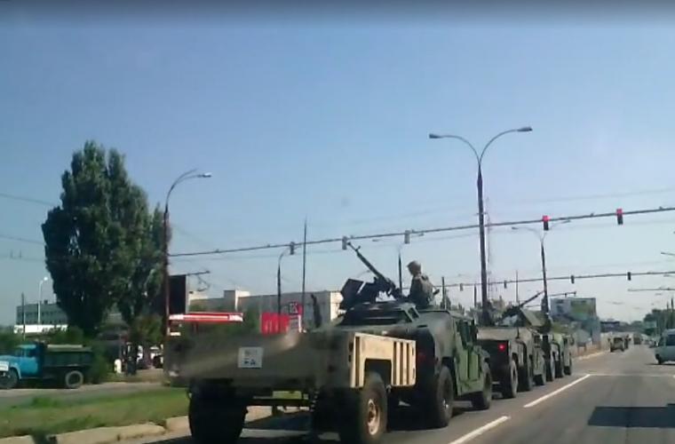 Mașinile blindate și persnoanele înarmate pe străzile din Chișinău (VIDEO)