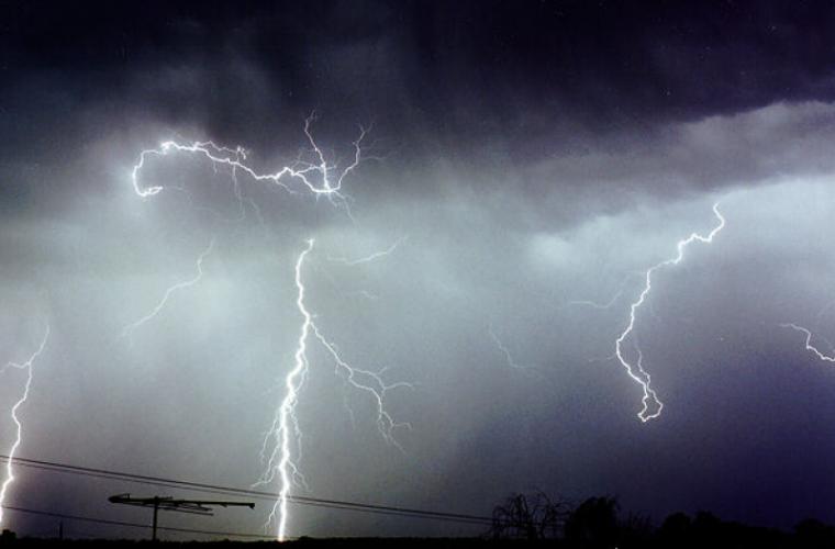 """Alerta meteo! Moldova ar putea fi """"lovită"""" de o furtună puternică"""