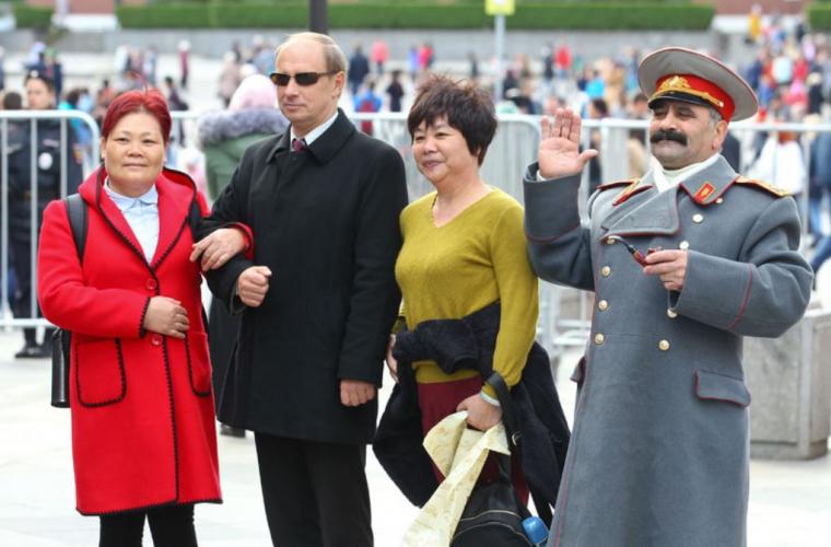 O sosie a lui Putin a primit felicitări în locul președintelui rus (FOTO)