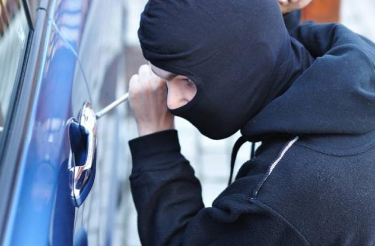 Doi hoți au furat un bolid în mai puțin de 60 de secunde