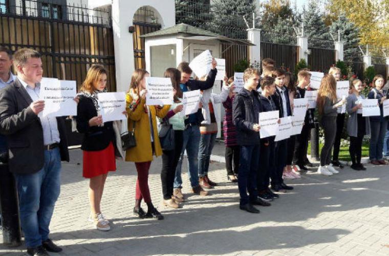 Protest la Ambasada Rusiei: Cerem dreptul la educație în stînga Nistrului