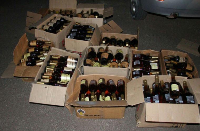 300 de sticle cu alcool contrafăcut, găsite de vameșii de la Florești