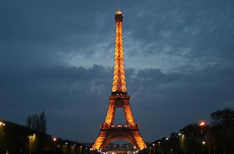 Fotografierea Turnului Eiffel noaptea vă poate crea probleme