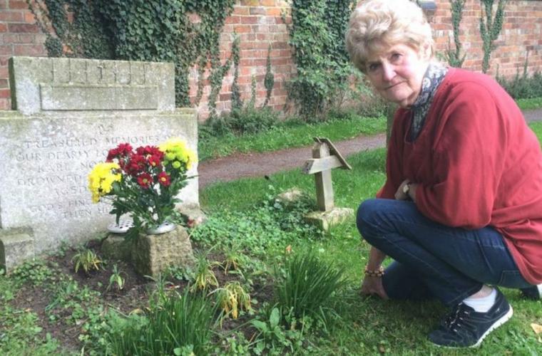 Женщина спустя 70 лет узнала, кто возлагает цветы к могиле её брата
