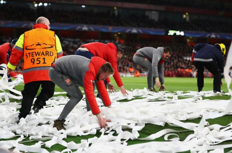 Suporterii au aruncat cu bani falși pe teren în semn de protest (VIDEO)