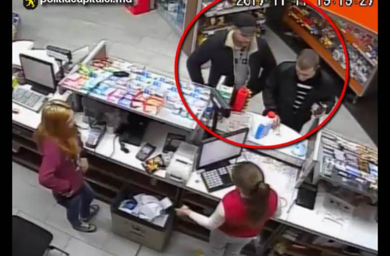 Doi bărbați surprinși cum fură cu nerușinare (VIDEO)