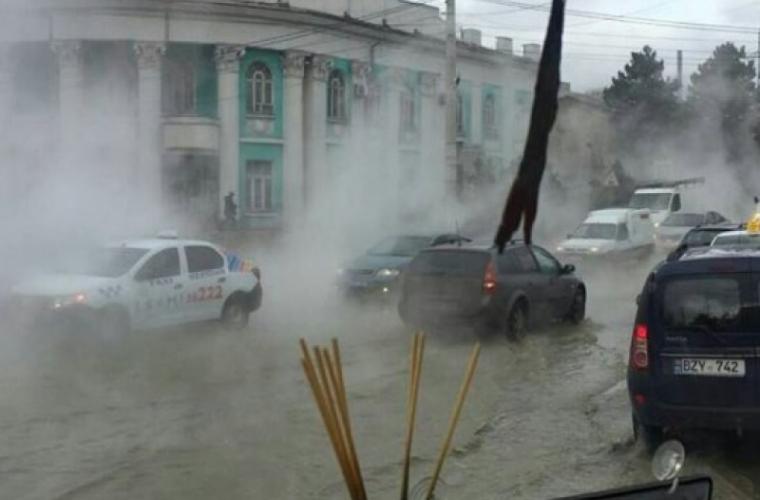 UPDATE На столичной улице прорвало трубу с горячей водой (ВИДЕО)