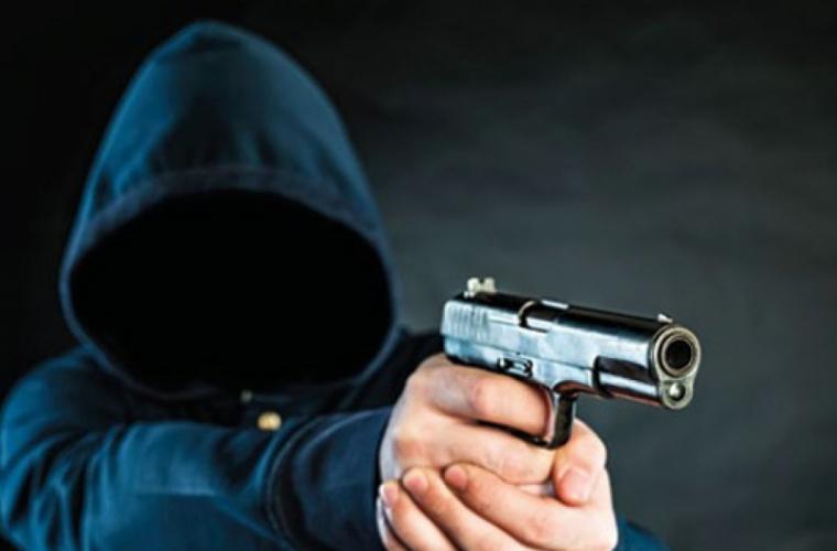 Farmacista amenințată cu pistolul de tînărul de 19 ani cere poliției să nu-l pedepsească