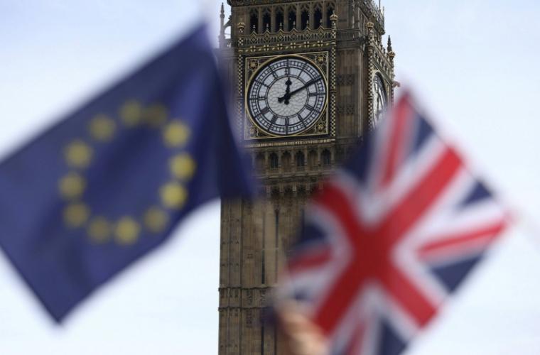 Marea Britanie anunţă că îşi schimbă paşapoartele după Brexit