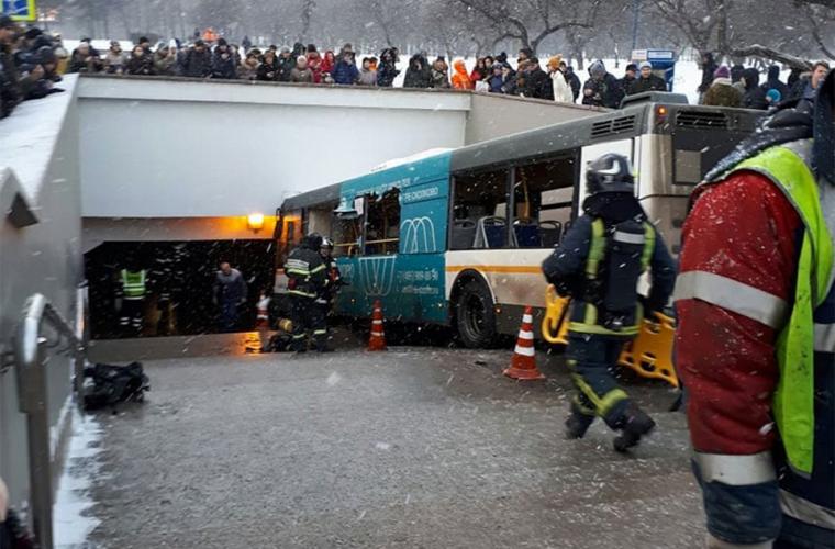 Moscova: Un autobuz de linie a deraiat și a ajuns într-o trecere subterană
