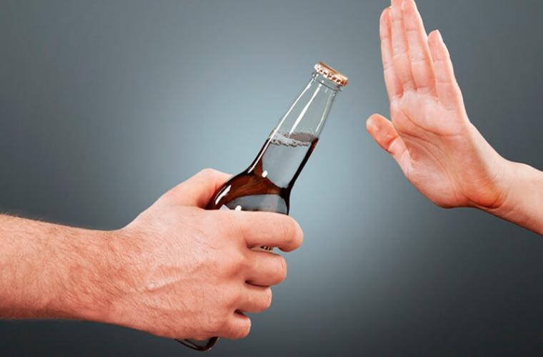 Lumea dependenților de alcool într-un clip video de un minut