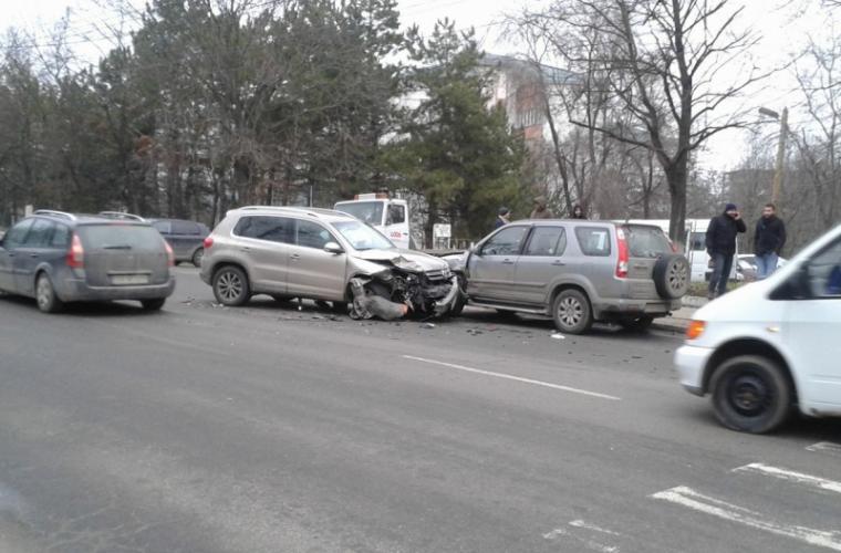 Accident matinal cu implicarea a trei automobile la Botanica (FOTO)